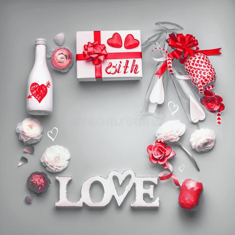 Walentynka dnia tło Świąteczny skład robić z prezenta pudełkiem i czerwonym łękiem miłość, butelka szampan z szkłami, serca obrazy royalty free