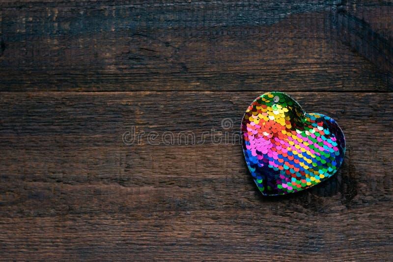 Walentynka dnia tło, mockup z jeden Lgbt tęczy sercem na nieociosanym drewnianym tle Walentynki, miłość, romans, datuje zdjęcia stock