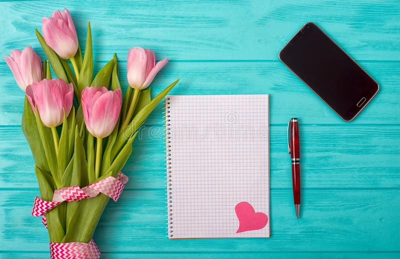 Walentynka dnia tło z bukietem tulipany i pusty notatnik dla romantycznych wejść zdjęcia royalty free