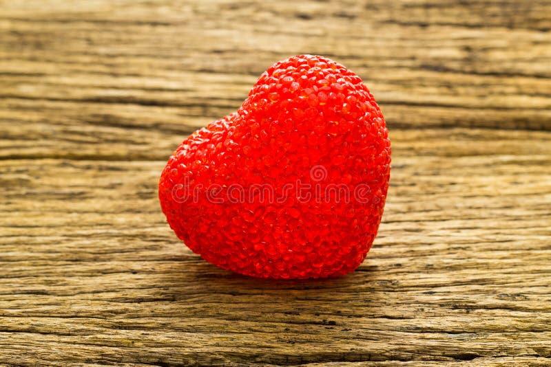 Walentynka dnia tło z Czerwonym valentine sercem na drewno stole obrazy royalty free