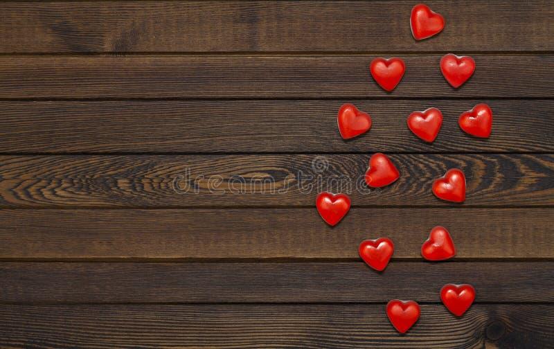 Walentynka dnia tło z czerwonymi sercami na drewnianym stole, odgórny widok Drewniany tło dla projekta walentynka dzień Czerwony  obrazy stock