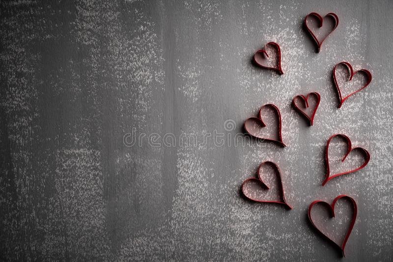 Walentynka dzień i miłości pojęcie Dużo tapetują czerwonych serca na szarym drewnianym tle obrazy stock