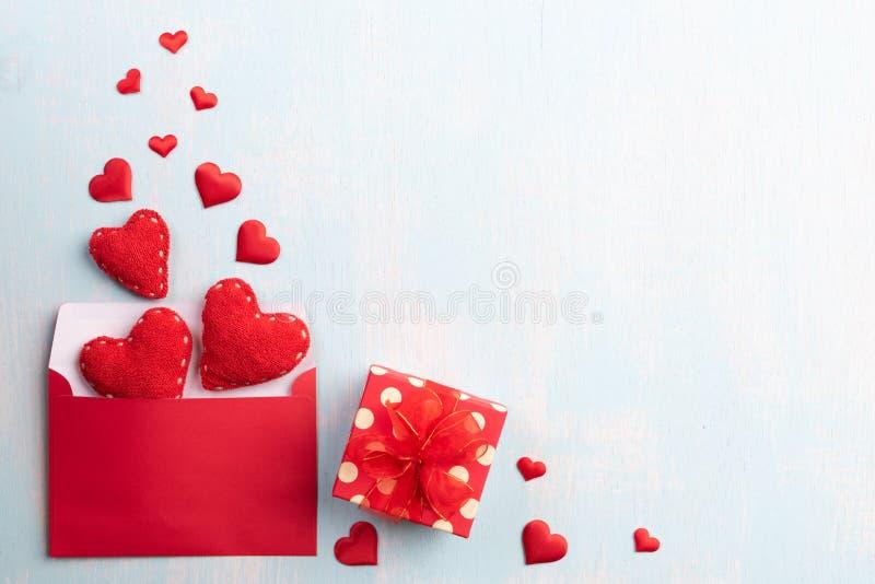 Walentynka dzień i miłości pojęcie Prezenta pudełko z czerwoną serca i czerwień listu pokrywą na błękitnym pastelowym drewnianym  obraz royalty free