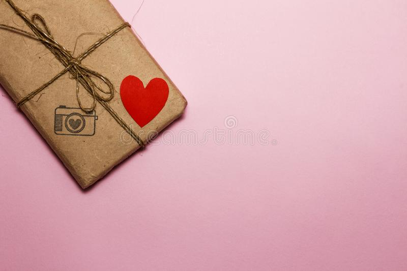Walentynka dzień na tle serca, prezenty i świeczki, Na różowym tle na widok zdjęcie stock