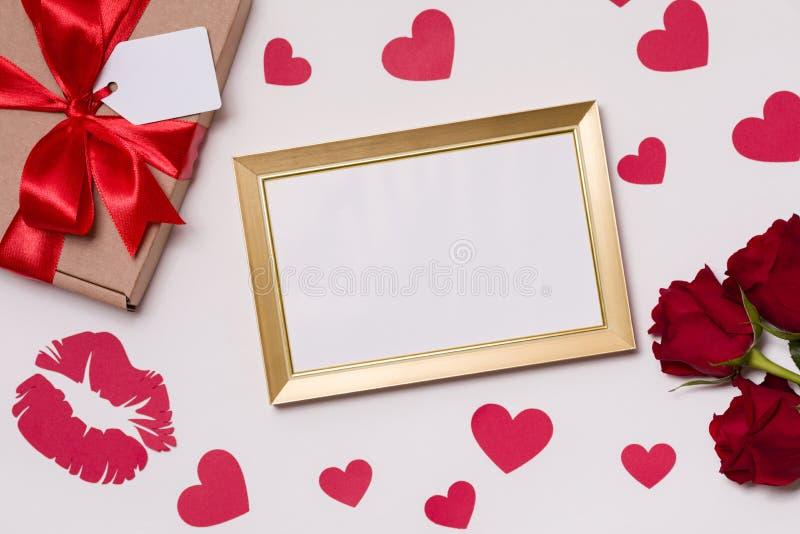Walentynka dzień, pusta rama, bezszwowy biały tło, czerwone róże, serca, wiadomość, bezpłatnej kopii teksta przestrzeń fotografia stock