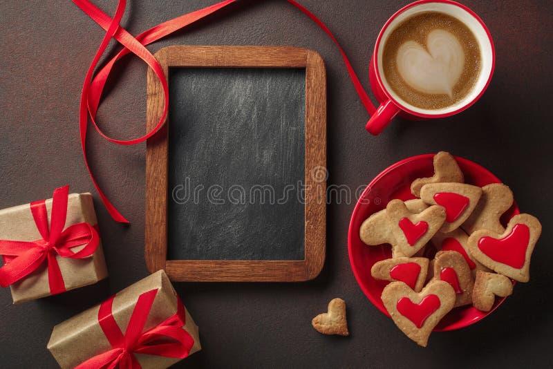 Walentynka dzień z filiżanka kawy, deska, sercowaty ciastko, prezent Odgórny widok z kopii przestrzenią fotografia stock
