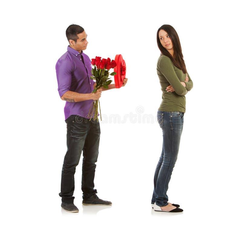 Walentynka: Kobieta Gniewna Przy mężczyzna Z cukierkiem I kwiatami zdjęcia royalty free