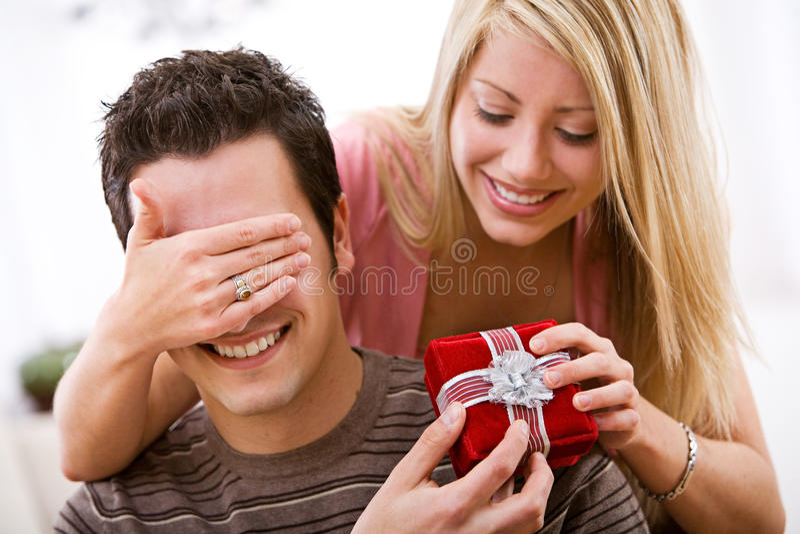 Walentynka: Kobieta Zaskakuje mężczyzna Z prezentem zdjęcie stock