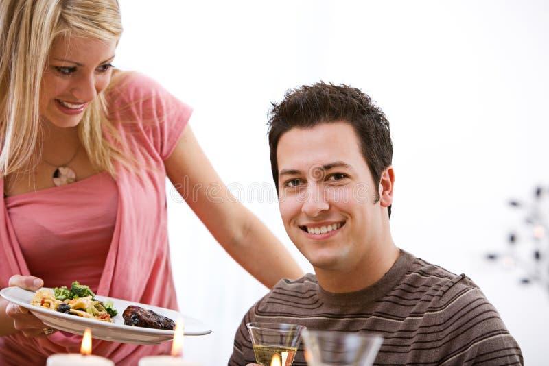 Walentynka: Kobiety porci gość restauracji Obsługiwać obrazy stock