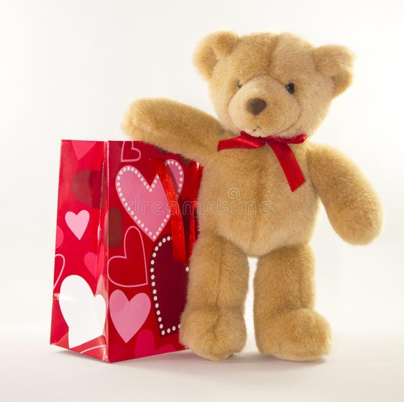 Walentynka niedźwiedź z prezent torbą fotografia royalty free