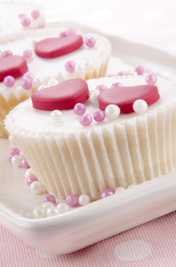Walentynki babeczka z menchii i bielu perłami zdjęcia stock