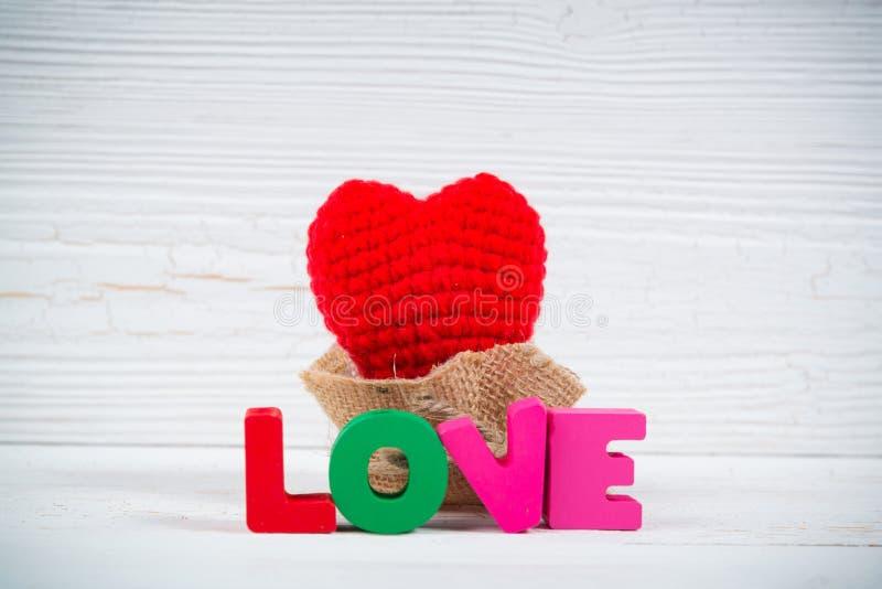Walentynki karta z miłości czerwieni i teksta dziewiarskim sercem na białym wo obraz royalty free