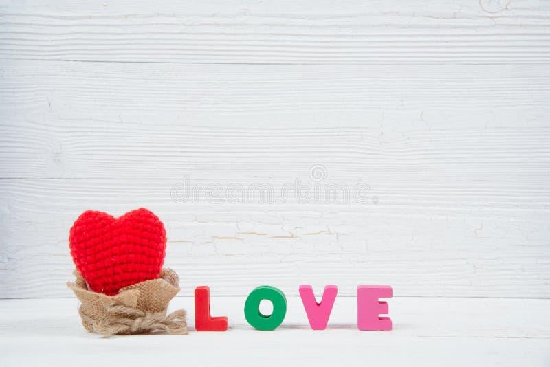 Walentynki karta z miłości czerwieni i teksta dziewiarskim sercem na białym wo zdjęcia stock
