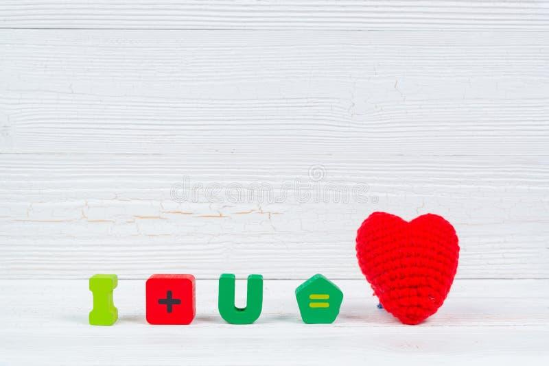 Walentynki karta z miłości czerwieni i teksta dziewiarskim sercem na białym wo obrazy royalty free