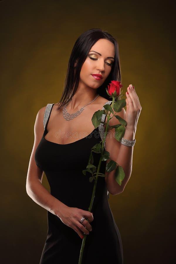 Walentynki piękna dziewczyna z akcesoriami w jej rękach obraz royalty free