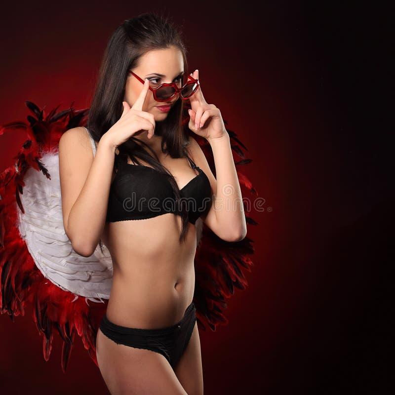 Walentynki piękna dziewczyna z dużym bielem i czerwienią uskrzydla fotografia royalty free