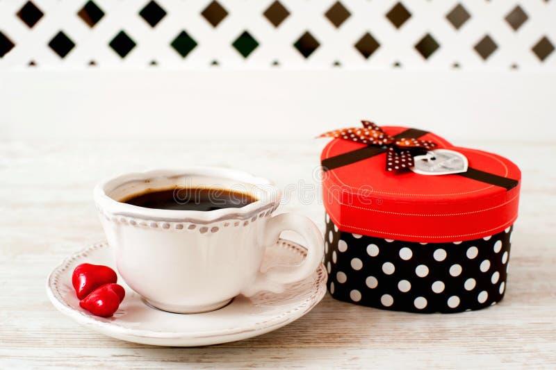 Walentynki ` s dnia świętowania filiżanka kawy z sercem kształtował prezent obrazy royalty free