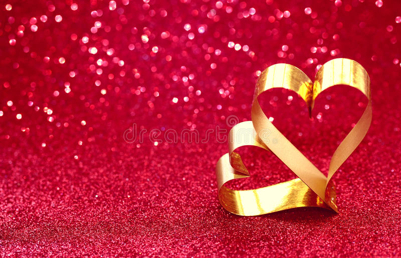 Walentynki ` s dnia błyskotliwości tło i dwa złocistego serca fotografia stock
