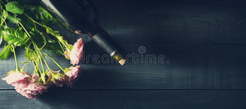 Walentynki ` s dnia karta z bukietem róże i butelka wino obraz stock