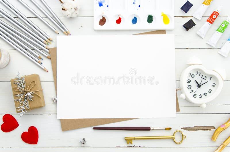 Walentynki ` s dnia pojęcie Pustego papieru prześcieradło z serce kształtnym budzikiem, czerwoni serca, różni ołówki i farby obraz stock