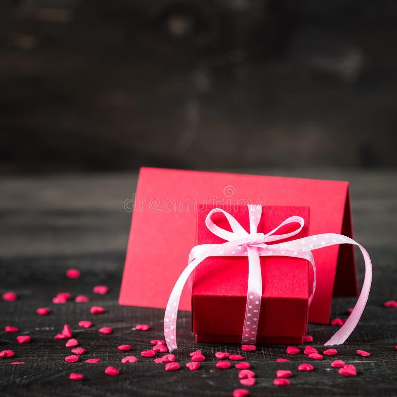 Walentynki ` s dnia tło z sercem, kartą i prezentem, zdjęcie royalty free