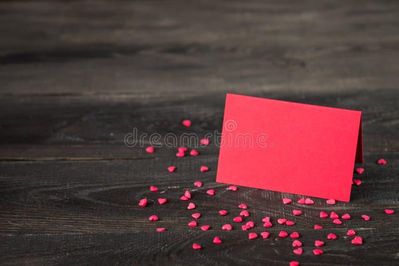 Walentynki ` s dnia tło z sercem, kartą i prezentem, obrazy stock