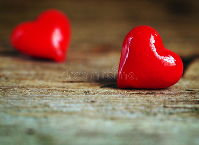 Walentynki ` s dzień - czerwoni serca na drewnianym tle zdjęcie stock