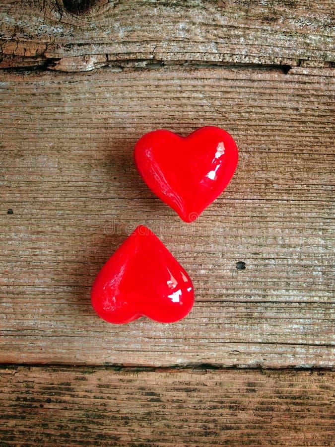 Walentynki ` s dzień - czerwoni serca na drewnianym tle zdjęcie royalty free