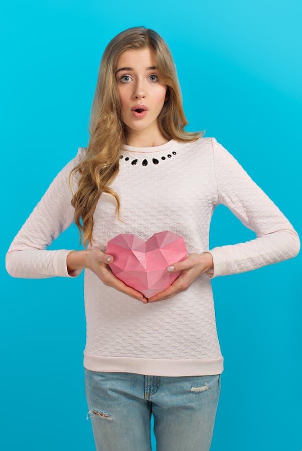 Walentynki ` s nastrój Papierowy serce w rękach Ładna piękna dziewczyna fotografia royalty free