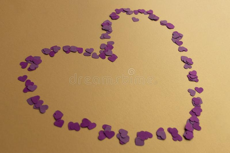 Walentynki serce stworzone z małych, fioletowych szczegółów na złotym tle Nastrój świąteczny fotografia stock