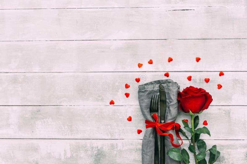 Walentynki serii, rewolucjonistki róża, i cutlery zdjęcie royalty free