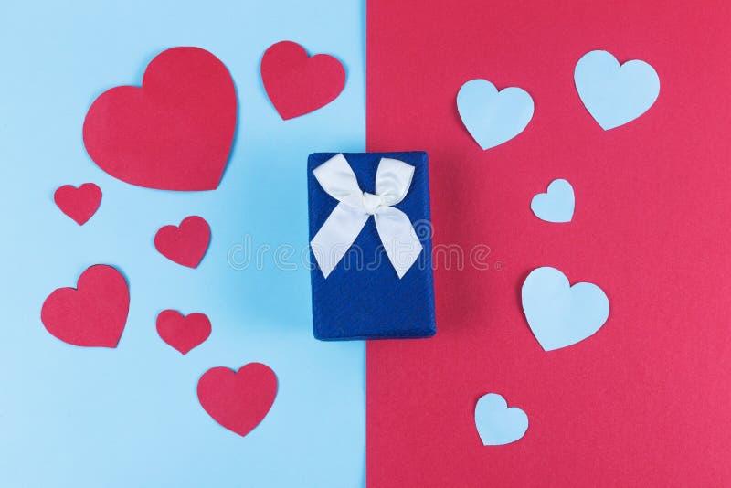 Walentynki tło z błękitnym prezenta pudełkiem i serca na dzielącym barwionym tle fotografia royalty free