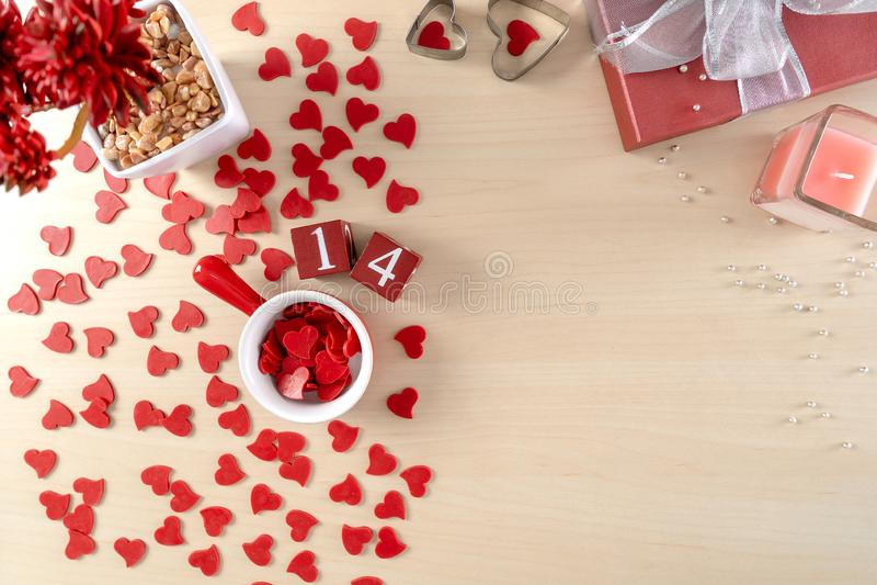 Walentynki tło z czerwonymi sercami, prezent czerwieni serce obrazy stock