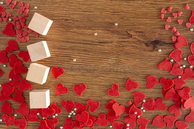 Walentynki tło z czerwonymi sercami, prezent czerwieni serce obraz royalty free