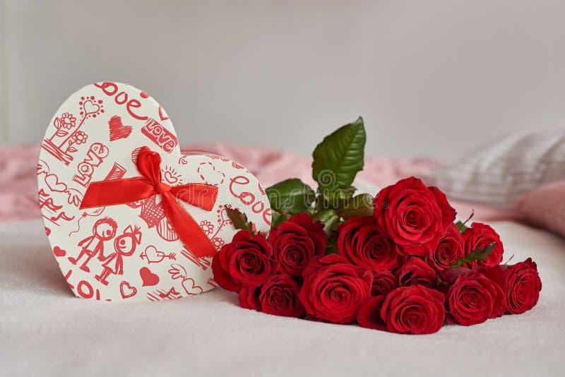 Walentynkowe pudełko na prezent i czerwone róże Koncepcja świętego Walentyzmu obrazy stock