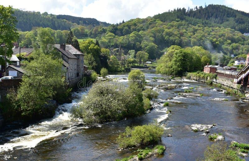 Wales, Llangollen Der Fluss Dee lizenzfreie stockfotos