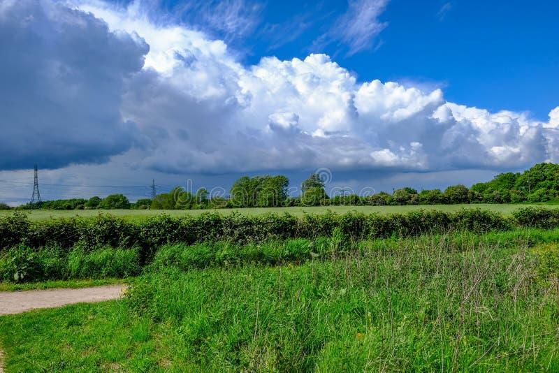 Walesisk bygd med låga liggande moln royaltyfri fotografi