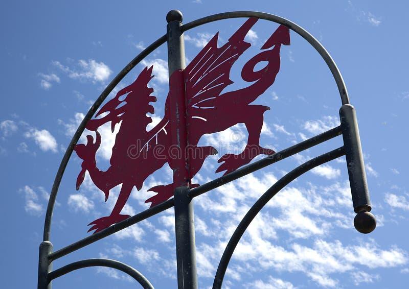 Walesiska Dragon Sign, kust- bana för millenium, Llanelli, södra Wales arkivfoton