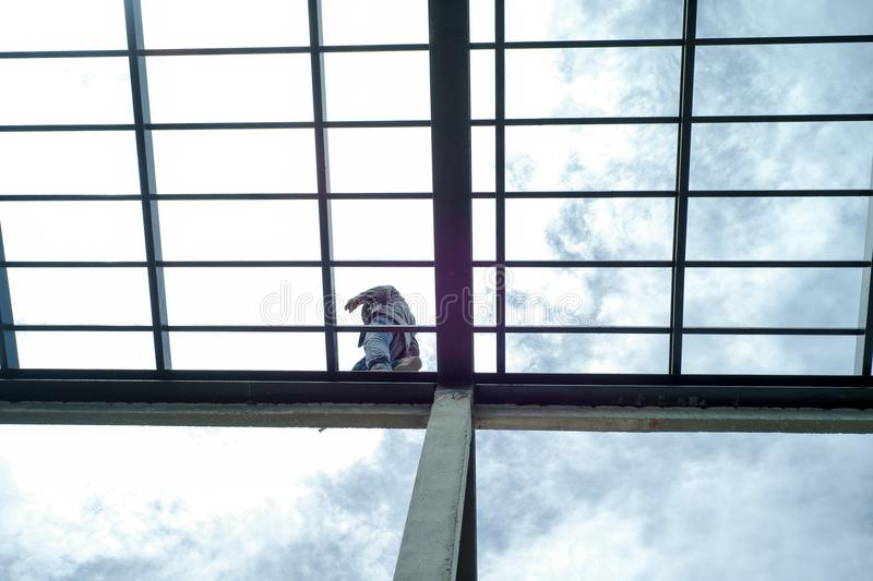 waling沿房子sur的` s屋顶钢结构的工作员  免版税库存照片