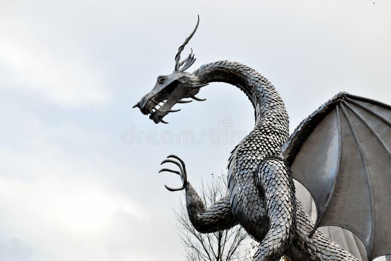 Waliser-Metalldracheskulptur, Architektur stockfotos