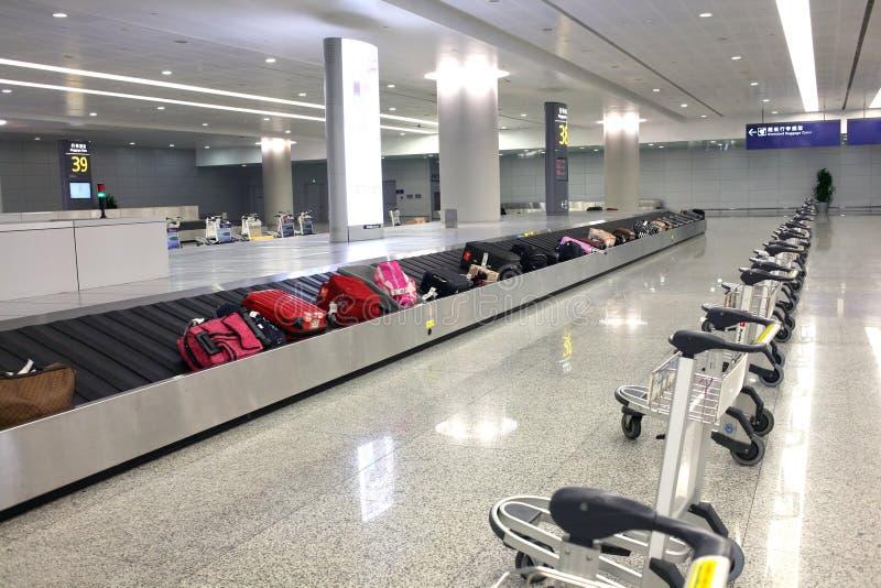 Walizka na lotniskowym carousel zdjęcie royalty free