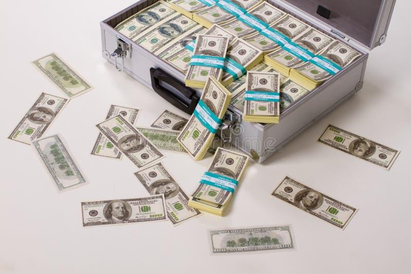 Download Walizka pełna pieniędzy ilustracji. Ilustracja złożonej z greenbacks - 57665154