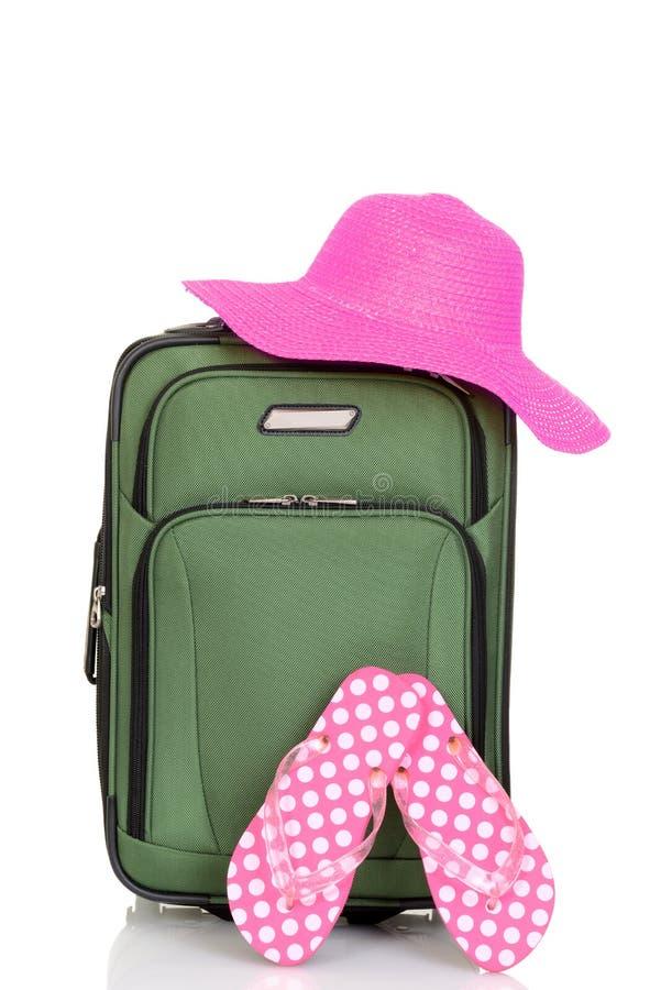 Walizka z plażowym kapeluszem i sandałami zdjęcie stock