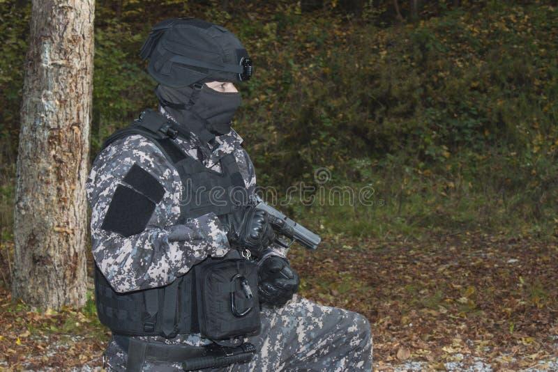 Walka przeciw terroryzmowi, jednostka specjalna żołnierz zdjęcie royalty free