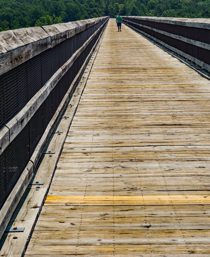 Walker Walking à travers le haut pont photos stock