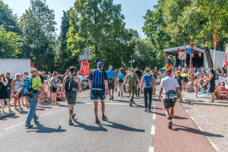 Walkers no torneio de caminhada de quatro dias fotografia de stock