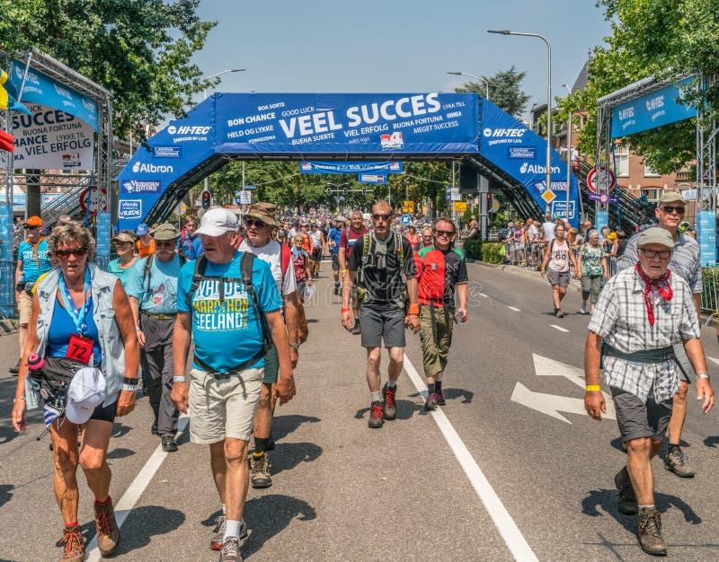 Walkers no torneio de caminhada de quatro dias imagem de stock