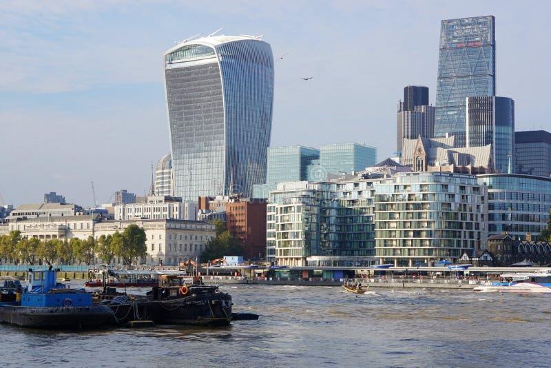 Walkie-Talkie φορτηγίδες πύργων και ποταμών, Λονδίνο, Αγγλία στοκ εικόνες