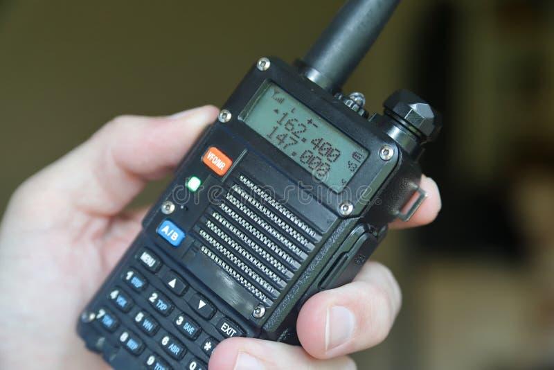 Walkie-talkie di funzionamento del radioamatore della mano fotografia stock