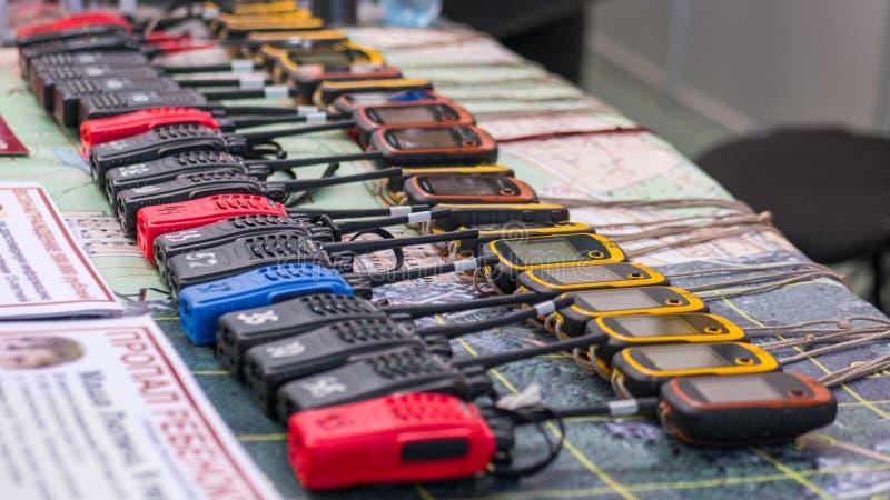 Walkie-talkie e navigatori portatili di emergenza in una fila fotografie stock libere da diritti